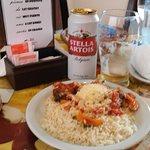 exquisita comida casera: almuerzo de arroz blanco con albóndigas y salsa roja