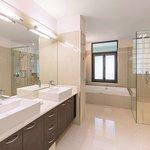 adina apartment hotel auckland three bedroom premier grand apartment bathroom