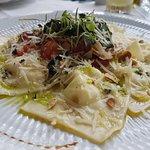 Ravioli recheado com queijo de cabra e limão siciliano
