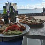 Comer junto al mar.