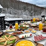 Serpme Kahvaltı Görseli 4 kişiliktir, Portakal suyu ve Muhlama ekstradır.