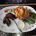 filet de kangourou servi avec frites et sauce roquefort, salade (l'assaisonnement de la salade t