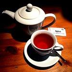Чёрный чай в чайнике
