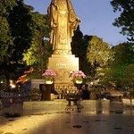 Foto van Lake of the Restored Sword (Hoan Kiem Lake)