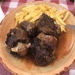 Rabo de toro con patatas. La carne muy rica y tierna.