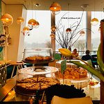 tägliche eine wechselnde Auswahl an konventionellen und hausgemachten Kuchen und Torten. Unser Renner im Januar: Mallorquinischer Mandelkuchen; hausgemacht natürlich!
