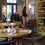 Бар с винными бутылками, замечательные круглые столики, большие окнами с видом на Коробейников п
