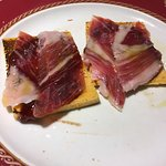 Tostas de jamón con mermelada de tomate