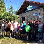 Grupo en el exterior del Centro de Visitantes del Aguila pescadora en la Bahia de Santander. Osprey Centre.  Tras visita realizamos ruta interpretada a pie