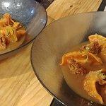 gyozas de centollo, pimiento agridulce y cangrejo de concha blanda