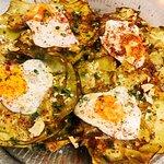 Alcachofas confitadas con huevos de codorniz y jamón de ibérico