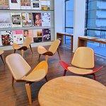 休憩區設有丹麥設計師Hans J. Wegner設計的微笑椅。