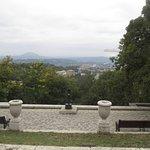 От галереи открывается впечатляющая  панорама Пятигорска и его окрестностей.