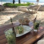 Cocktails und Guacamole am Strand