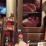 レジカウンター後方には肉の冷蔵保管庫が見えます。