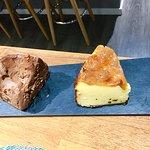 Tarta de queso y tarta de chocolate, ambas totalmente artesanas.