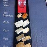 Assortiment de formatges autòctons de la zona amb sake autòcton (SAKE SUGOI)