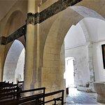 Il faut prendre les clefs de l'église à la mairie située à proximité, en haut de la place. L'accueil y est chaleureux et instructif. L'église Saint-Cybard, construite au 12ème et 15ème siècles, classée en 1980, abrite des peintures encadrées et murales. Son architecture est typique de la région. L'ensemble mérite d'être découvert.   Juste à côté, un jardin médiéval fort bien tenu, en accès libre, complète agréablement la visite.