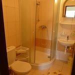 Kúpelňa pri izbe s balkónom