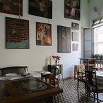 la prima sala con quadri moderni e pezzi vintage
