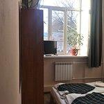 семейный двухместный номер с возможностью размещения до 3 гостей (односпальное место на этажерке), общая кухня и ванная комната. Чистое белье, полотенца, шкафчик, телевизор, розетка. Ежедневная уборка.