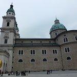 На фоне главного сакрала Зальцбурга