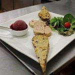 Foie gras mi-cuit, poché aux épices et son pain aux fruits.