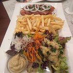 Salsicha de Viena, fritas e uma salada de bata local.