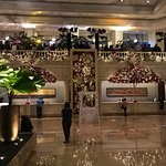 Foto de The Lobby at Manila Peninsula Hotel