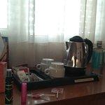 Amenities y bullidor , te cafe sobre amplia mesa escritorio