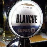 """Il termine """"birra bianca"""" deriva probabilmente dalla parola """"weit"""" in olandese antico, che significa """"grano"""". Nel Medioevo, la produzione della birra bianca era molto più diffusa. Lo stesso riferimento al suo colore si trova in Olanda con la denominazione """"Witbier"""" ed in tedesco con la denominazione """"Weißbier"""" o anche """"Weizenbier"""" che significa birra di grano. SUPER 8 BLANCHE è una birra bianca a base di malto d'orzo e malto di grano."""
