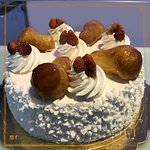 Guarnita con meringhe e babbà, un'intramontabile torta, farcita con crema chantilly e fragoline 🍰