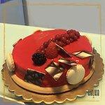 glassa ai frutti rossi che racchiude un semifreddo al cioccolato bianco su un biscuit di frolla fragrante😋 🍓 🍰