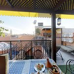 Restaurant sur la terrasse avec vu panoramique sur la mosquée Koutoubia