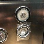 Pulsante rotto in ascensore? Un po' di nastro e via