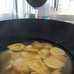 Primo piatto di cappelletti ripieni al formaggio in brodo di carne.