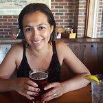Mi esposa degustando su cerveza en el Commodore.