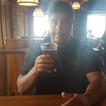 Yo degustando mi cerveza en el Commodore.
