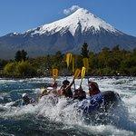 Rafting en el rio Petrohué con el volcán Osorno de fondo