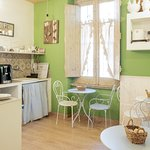 la sala colazione e' aperta open 24 ed offre gratuitamente un servizio di colazione con prodotti artigianali con torte e dolci tipici locali oltre una macchina del caffe' e succhi di frutta ,yougurt, the ,biscotti