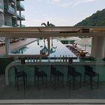 Bar devant une des piscines