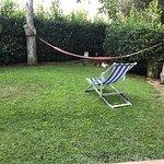 Hamac et chaises longues devant l'appartement.