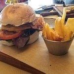 Burger Central Park de ternera de Salamanca con lechuga, tomate, bacon y queso cheddar