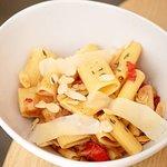 Pasta calabrese ceba, tomàquet a les fines herbes i ametlla