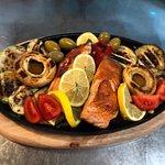Losos sa grilovanim povrćem. Salmon with grilled vegetables.