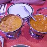 Buen curry con un buen arroz para acompañar.Presentado con el clásico calentador hindú.