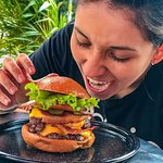 "Sera que puedes comerte solo/a esta hamburguesa??? Definitivamente la ""Gula"" es deliciosa. Una doble Cheeseburger con doble carne, doble queso Cheddar, doble Tocineta y pepinillos."