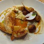 Belle assiette pour le poulet servi avec une purée de céleris et des pommes de terre grenaille