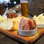 Tábua mista com 4 ou 6 itens. Seleção de antepastos, linguiças/embutidos e queijos conforme opções abaixo.