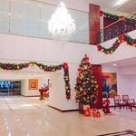 Lobby con decoración de Navidad.